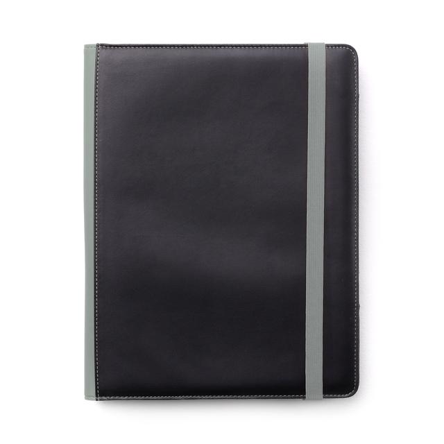 Blockomslag i  mjukt vadderat PU material med en silkeslen tålig yta. Dekorsömmar och detaljer som rygg och resorband  i grått. Flera fack och fickor inuti tillsammans med  pennhållare och instick för ett A4 block (ingår)