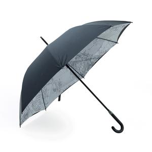 Exklusivt och extra vindtåligt paraply med gummerat handtag och dubbla tyger. Finns med kombinationen svart utsida och ljusgrå insida  samt svart utsida med Stockholmskarta på insidan.