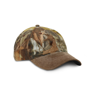 Hunting cap in camouflage pattern with 6-panel checkered cotton panels. Pre-curved peak in faux suede and metal buckle closure for size setting at the back.