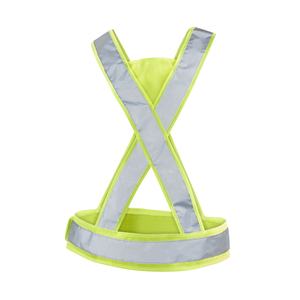 CE approved reflector in X-model. Approved according to EN 13356. Well suited for running and city walks. Adjustable on the sides with velcro fastener for best comfort. High-visibility surface on the triangles front and rear. Delivered in a case.