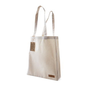 This cotton bag is made of 250 gram recycled cotton. The bag features a sewn-on label on one side. A hanging tag, which is fastened with hemp string, tells about the background of the fund and informs what our CSR work stands for.