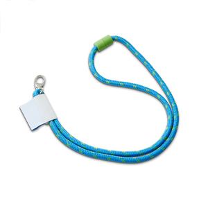 Rundvävt logoband med möjlighet till en eller två instickade färger i valfri PMS. Finns även i 900 x 5 mm. Bandet märks antingen via vävd etikett eller PVC-tag. Priser nedan baseras på ett 900 x 8 mm band, svart säkerhetsfäste, vävd logo på etikett, karbinhake och max två insticksfärger förutom valfri grundfärg. Vävkort tillkommer med 1990kr. Egen PMS på säkerhetsfästet, som bildexempel: 900kr i infärgningskostnad + 2 kr/band.(Rek.ut-pris) Minsta beställningsantal: 100st