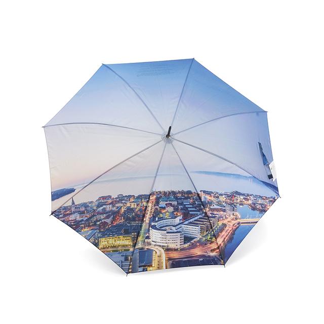 Skapa unika paraplyer med digital teknik från 120 st. Priset inkluderar valfritt fotomotiv på vår populära paraplymodell Save, med enkelt panellager. Paraplyet kan även tillverkas med dubbla paneler. Lev.tid ca 12-14 veckor efter godkänt prov. Minsta orderantal 120st. Önskar du offert eller  paneler tillverkade i återvunnen polyester, eller vill du ha hjälp med skissförslag - hör av dig!